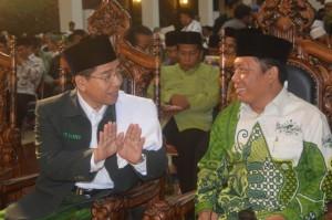 Ketua PWNU Jawa Tengah, Abu Hafsin, saat mendengarkan petuah dari Rais Syuriyah PC NU Klaten, Drs KH Muchlis Hudaf. (Foto: Munif)
