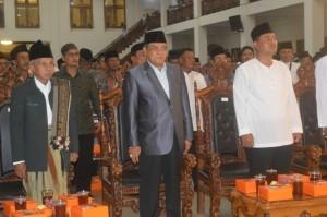 Kepala Kemenag Klaten, Mustari Al Hafidz, Ketua PBNU Said Aqil Sirodj dan Bupati Klaten, Sunarna, saat menyanyikan lagu Indonesia Raya. (Foto: Munif)