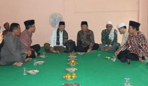 3.Ketua PWNU Jateng H Abu Hapsin, usai pembukaan Konfercab, Munggu (23/11/14 duduk bersama Muspida Kabupaten Purworejo. Foto: Ceprudin.